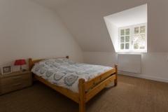 A l'étage une chambre double avec un lit d'1m40