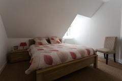 A l'étage une chambre double avec un lit d'1m60